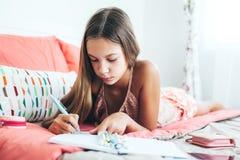 Diario pre adolescente de la escritura de la muchacha Imágenes de archivo libres de regalías