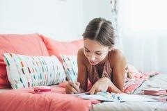 Diario pre adolescente de la escritura de la muchacha Imagen de archivo libre de regalías