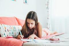 Diario pre teenager di scrittura della ragazza Immagini Stock Libere da Diritti