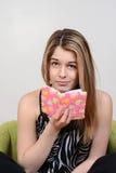 Diario que se sostiene adolescente con mirada desconcertada Imagen de archivo