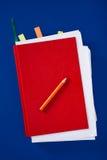 Diario rojo con el lápiz Imágenes de archivo libres de regalías