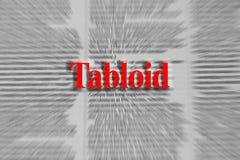Diario sensacionalista escrito en rojo con un artículo periodístico borroso Foto de archivo libre de regalías