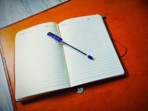Diario y pluma imagen de archivo