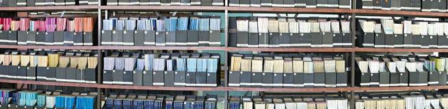 Diarios viejos en una biblioteca Fotografía de archivo libre de regalías