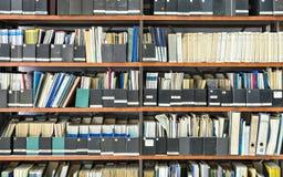 Diarios viejos en una biblioteca Foto de archivo libre de regalías