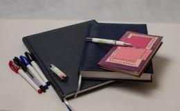 Diarios y plumas coloreadas Imagen de archivo