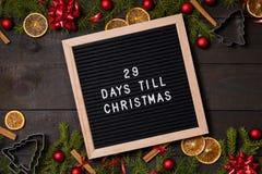 29 dias até a placa da letra da contagem regressiva do Natal na madeira rústica escura fotografia de stock royalty free