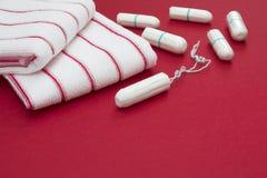 Dias críticos da mulher, ciclo gynecological da menstruação, período do sangue Toalhas vermelhas do banho de Terry e algodão maci Fotos de Stock