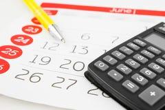 Dias de calendário com calculadora e pena fotografia de stock royalty free