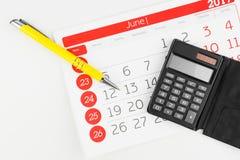 Dias de calendário com calculadora e pena imagem de stock royalty free