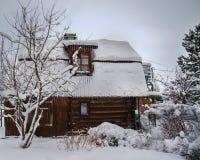 Dias de Natal em uma casa de madeira do país fotos de stock