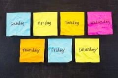 Dias de notas pegajosas da semana imagens de stock