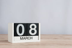 Dias internacionais felizes do ` s das mulheres 8 de março Dia 8 do mês, calendário de madeira no fundo claro Espaço vazio para o Fotografia de Stock Royalty Free