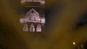 Diaschu? durch die Golden Gate auf dem Nacht-Hassan-Turm in Rabat, Marokko Unfertige Moscheenminarettunterlassung stock video
