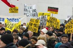 Diaspora russa a Berlino che protesta contro i migranti ed i rifugiati dovuto l'abuso sessuale delle donne e dei bambini Immagini Stock