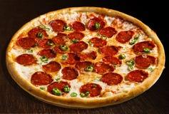 Diavola de la pizza con los salchichones y el pimiento morrón - aislante Fotografía de archivo