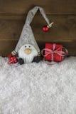 Diavoletto divertente su fondo di legno con i regali di Natale rossi fotografia stock libera da diritti