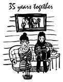 Dibujando el ejemplo cómico, madure al hombre y la mujer se está sentando en el sofá debajo de su fotografía de la boda Fotografía de archivo libre de regalías