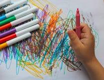 Dibujando, un pequeño niño rotuladores coloreados, rotulador en h fotos de archivo libres de regalías