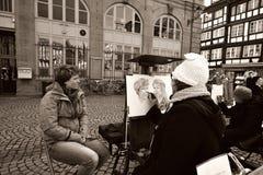 Dibujante en el trabajo sobre la calle fotos de archivo libres de regalías