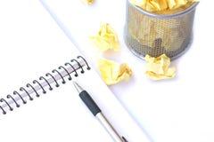 Dibuje a lápiz con el cuaderno arrugado y de papel en basura Fotografía de archivo libre de regalías