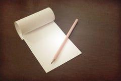 Dibuje a lápiz la colocación en el papel de nota en blanco, trabajo creativo, escritura, concepto del dibujo Imagen de archivo libre de regalías