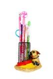 Dibuje a lápiz la taza llenada de las plumas coloridas, lápices Imagen de archivo