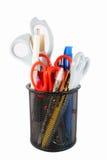 Dibuje a lápiz la taza llenada de las plumas y de las tijeras coloridas Foto de archivo libre de regalías