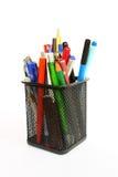 Dibuje a lápiz la taza llenada de las plumas y de los lápices coloridos Foto de archivo libre de regalías