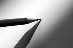 Dibuje a lápiz sostenerse a escribir en el papel en sombra Fotografía de archivo