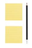 Dibuje a lápiz y dos notas amarillas sobre el fondo blanco Foto de archivo libre de regalías