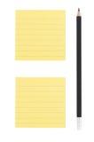 Dibuje a lápiz y dos notas de post-it sobre el fondo blanco Imagenes de archivo