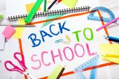 Dibujo con el ` de las palabras de nuevo a ` de la escuela y a accesorios de la escuela foto de archivo