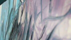 Dibujo con la esp?tula y las pinturas acr?licas La mano de un artista de la mujer, sosteniendo una esp?tula para dibujar y aplica almacen de video