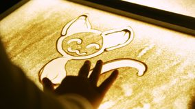 Dibujo con una arena en la pantalla Dibujo de un gato metrajes