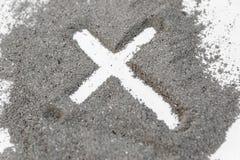 Dibujo cristiano de la cruz o del crucifijo en ceniza, polvo o arena como símbolo de la religión, sacrificio, redemtion, Jesus Ch imagen de archivo