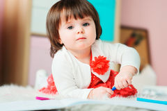 Dibujo de 1 año del bebé con los lápices en casa Fotos de archivo