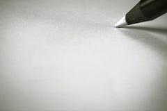 dibujo de lápiz blanco de madera del color del negro artístico del concepto en el Libro Blanco Fotografía de archivo