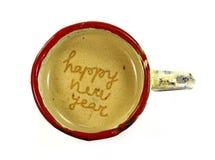 Dibujo de la Feliz Año Nuevo en la taza de café del latte Vista superior de la taza de café hecha a mano Imágenes de archivo libres de regalías