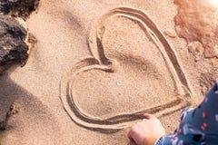 Dibujo de la forma del corazón en la naturaleza blanca entre la roca, amor de la arena en roca Viaje del verano Imagen de archivo