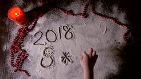 Dibujo de la mano del niño en la harina almacen de metraje de vídeo