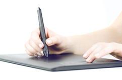 Dibujo de la mano en la tableta gráfica profesional Foto de archivo libre de regalías