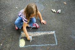 Dibujo de la muchacha con tiza de la acera Foto de archivo