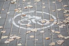 Dibujo de la muestra de la bicicleta en una teja del camino fotografía de archivo libre de regalías