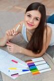 Dibujo de la mujer en el libro de colorear adulto Fotos de archivo