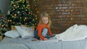 Dibujo de la niña cerca del árbol de navidad almacen de video