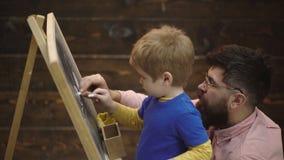 Dibujo de Little Boy con tiza en la pizarra Educaci?n de la ni?ez temprana y concepto el jugar Aprendizaje de la pizarra almacen de video