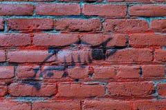 Dibujo de salmones en la pared de ladrillo Imágenes de archivo libres de regalías