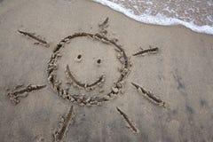 Dibujo de Sun en la arena - vacaciones de primavera Fotos de archivo