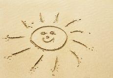 Dibujo de Sun en la playa arenosa Fotografía de archivo